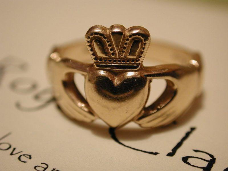 El anillo de Claddagh tipico de Galway